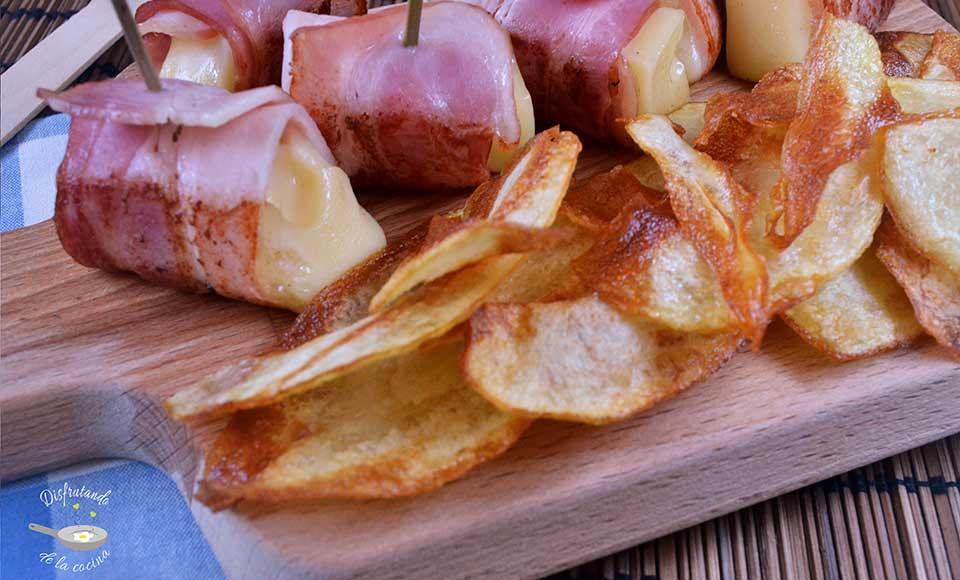 Tapas fáciles , patatas chips y enrellado de queso y beicon