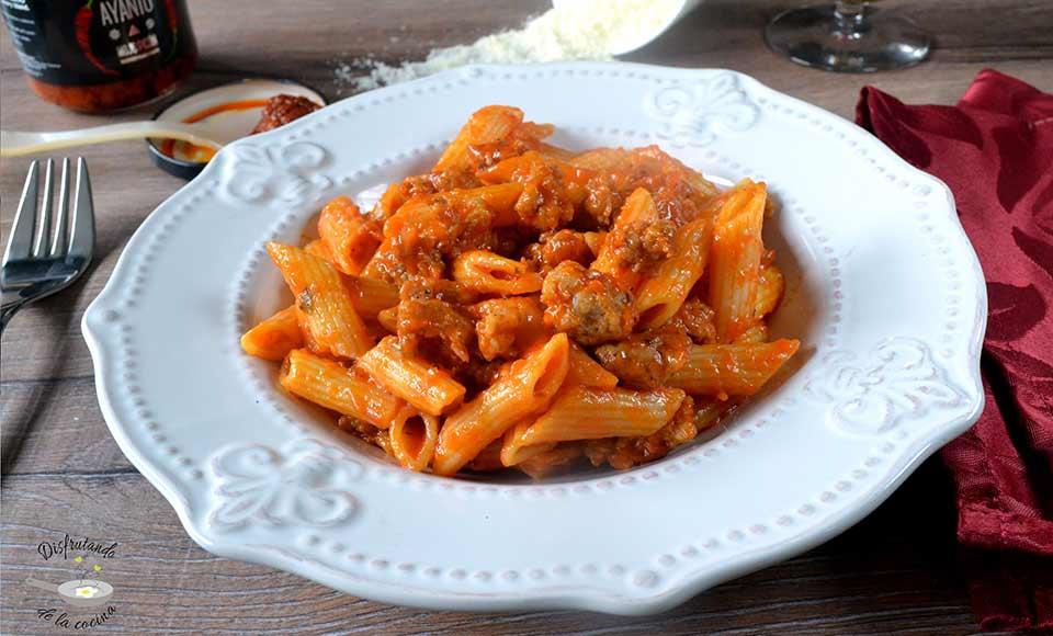 pasta con salsa de mojo picón y salchichas fácil