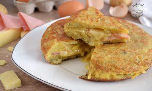Tortilla de patatas rellena de jamón y queso (Receta fácil)