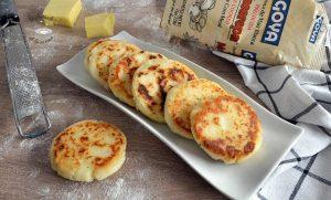 Arepas blancas con queso colombianas