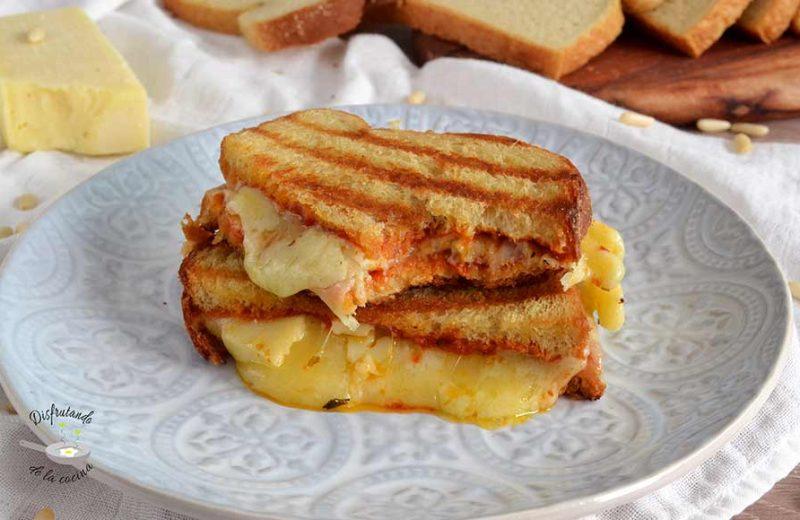 Sandwich de pesto rojo y queso