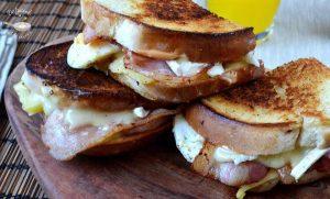 Sándwich con huevo, queso y bacon
