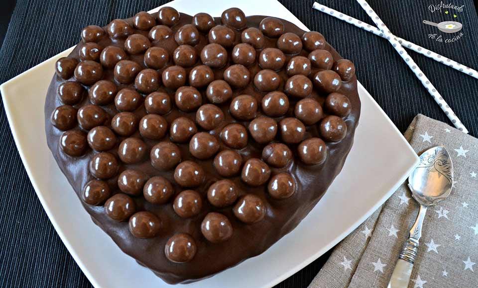 Receta de pastel con forma de corazón relleno de nata y trufa y cubierto de chocolate