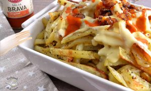 Patatas bravas con salsa de queso