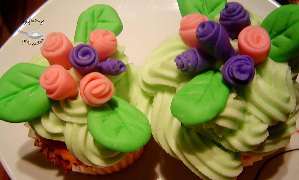 Receta de cupcakes de fondant de flores y porción de pastel