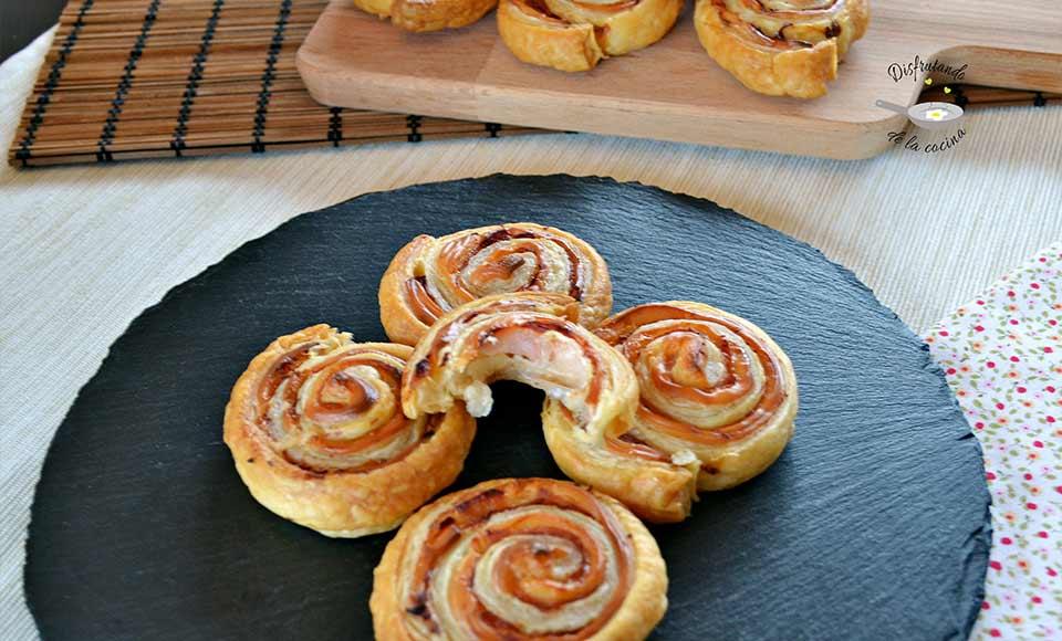 Receta de espirales de hojaldre rellenas de pavo y queso caseras