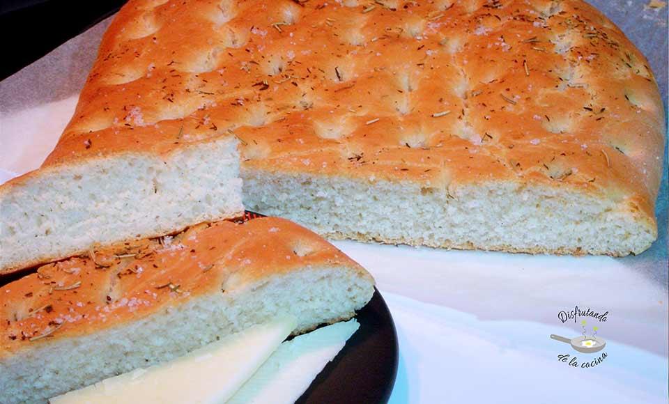 Receta de focaccia de queso semicurado, tomillo y romero