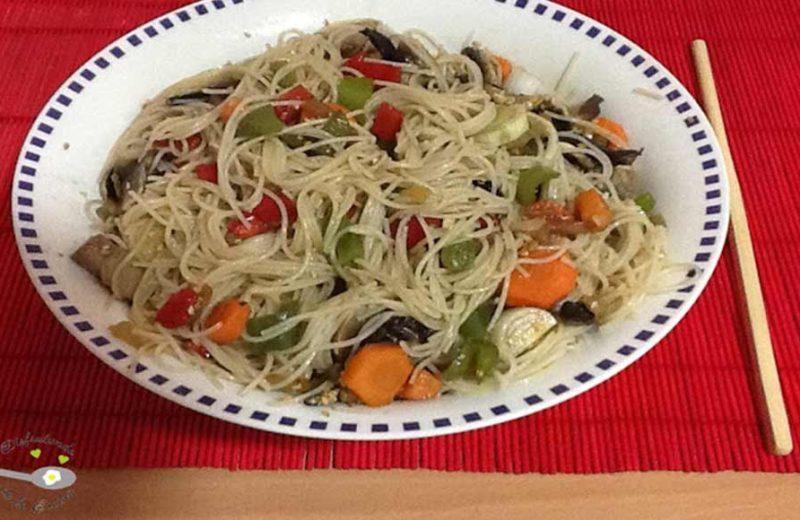 Receta de japchae, o fideos chinos con verduras y carne
