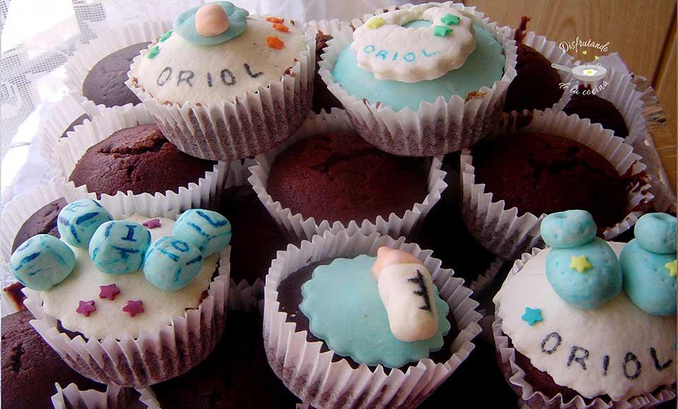 Receta de muffins de cacao decoración de bebé