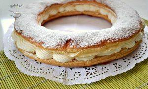 Roscón o tortel de hojaldre relleno de nata