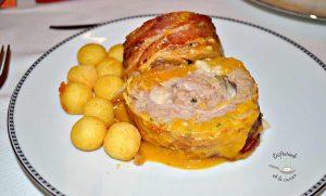 Rulo de carne rellena de jamón y queso con salsa española