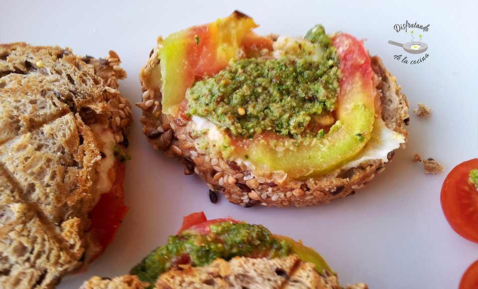 Receta de sándwich caliente de mozzarella, tomate y pesto de rúcula