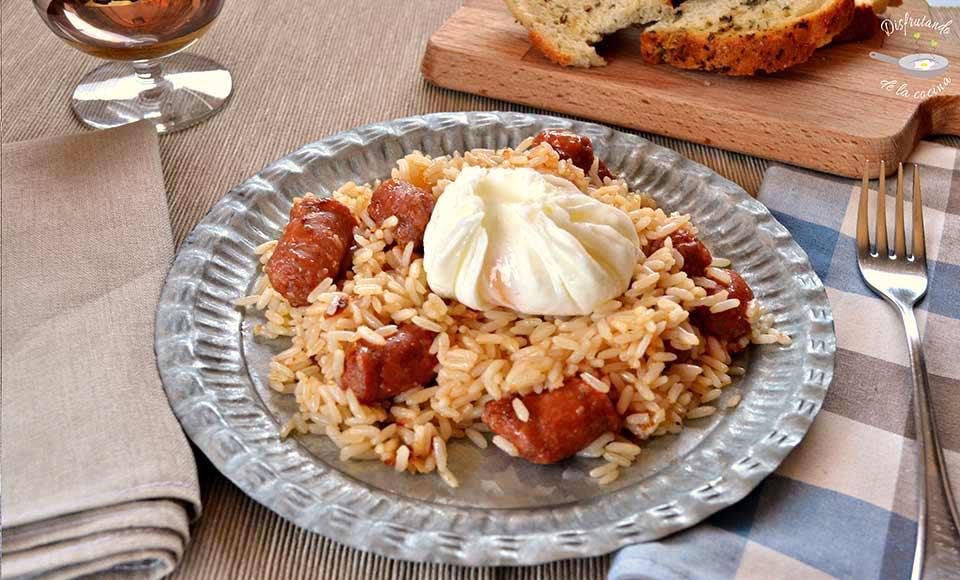 Receta de salteado de arroz con chistorra y huevo poché