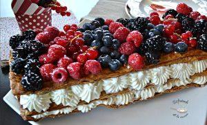 Banda de hojaldre con nata y frutos rojos