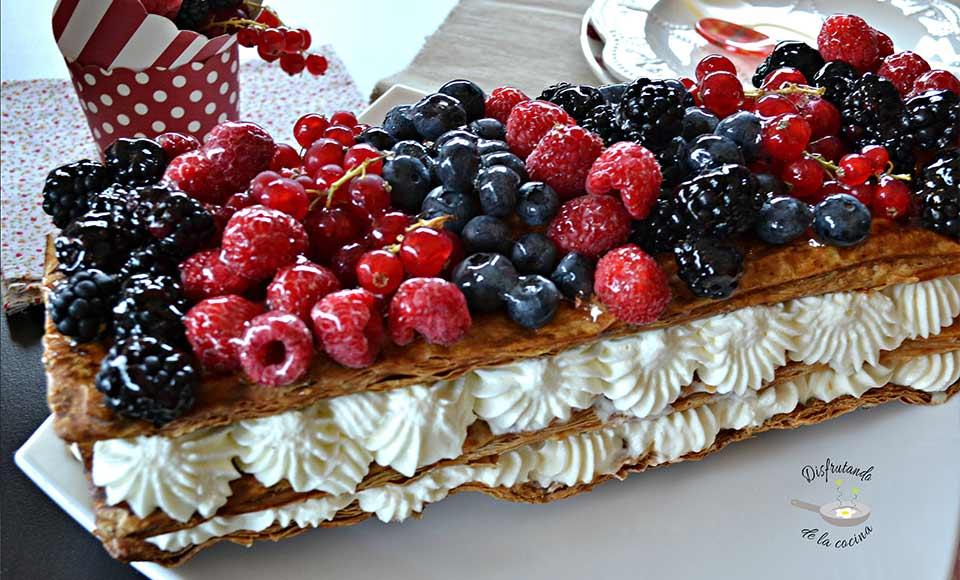 Receta de banda de hojaldre con nata y frutos rojos