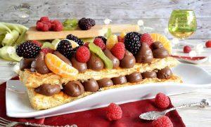 Banda de hojaldre con crema de chocolate y frutas